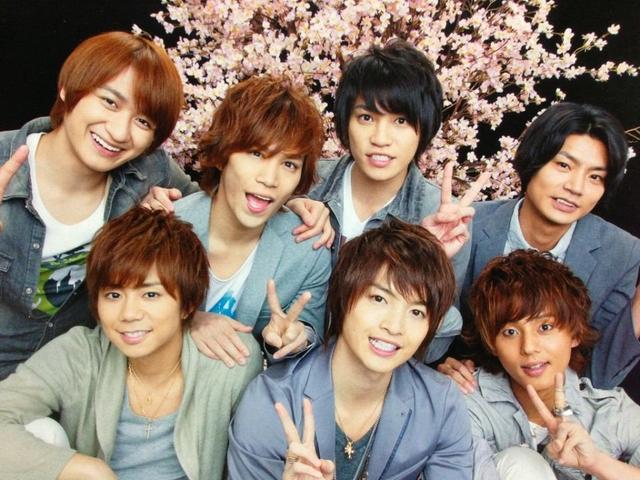 桜を背景に笑顔のKis-My-Ft2